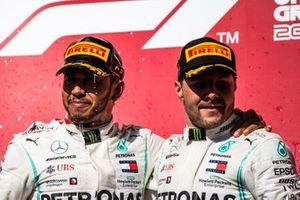 Lewis Hamilton, Mercedes AMG F1, 2e plaats, en Valtteri Bottas, Mercedes AMG F1, 1e plaats, op het podium