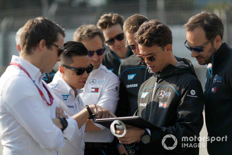 Nyck De Vries, Mercedes Benz EQ, EQ Silver Arrow 01 insieme ad alcuni membri del team