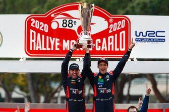 Podio: ganador Thierry Neuville, Nicolas Gilsoul, Hyundai Motorsport Hyundai i20 Coupe WRC