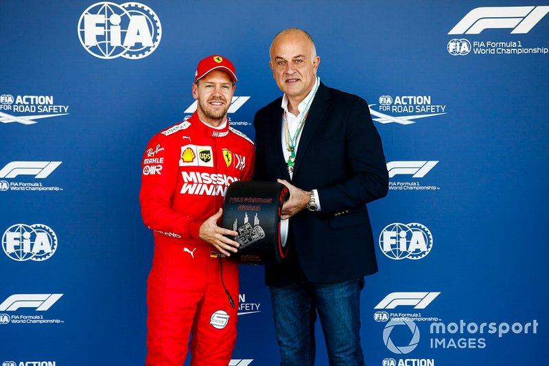 Il poleman Sebastian Vettel, Ferrari, con il Pirelli Pole Position Award