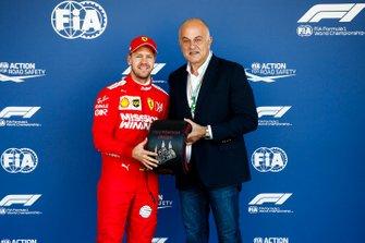 Sebastian Vettel, Ferrari, reçoit le trophée Pirelli de la pole position