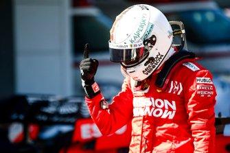 Le poleman Sebastian Vettel, Ferrari, fête sa pole dans le Parc Fermé