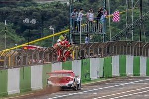 Átila Abreu recebe bandeira quadriculada em Cascavel