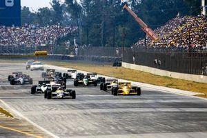 Nigel Mansell, Williams FW11B Honda, voor Ayrton Senna, Lotus 99T Honda, Riccardo Patrese, Brabham BT56 BMW, Nelson Piquet, Williams FW11B Honda, Eddie Cheever, Arrows A10 Megatron, Teo Fabi, Benetton B187 Ford, Jonathan Palmer, Tyrrell DG016 Ford, Philippe Alliot, Lola LC87 Ford, en Piercarlo Ghinzani, Ligier JS29C Megatron bij de start