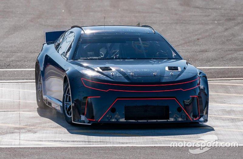 Joey Logano prueba el auto stock de próxima generación para la serie Nascar Cup