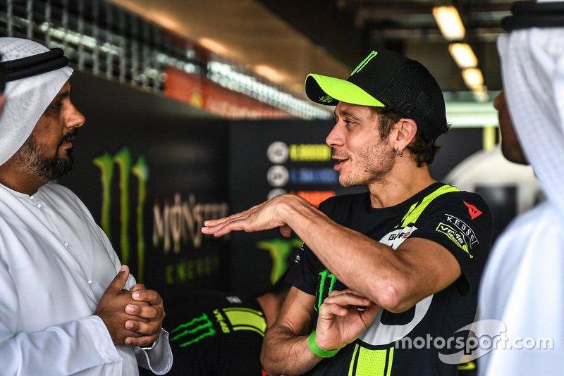 Valentino Rossi habla con Al Tareq Al Ameri, CEO del circuito Yas Marina Circuit y Abdulrahman Al Shamsi