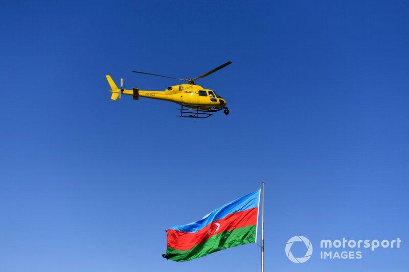Вертолет Airbus Helicopters AS355 Ecureuil и флаг Азербайджана