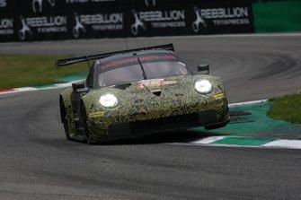 #56 Project 1 Porsche 911 RSR: Egidio Perfetti, Giorgio Roda, Jörg Bergmeister