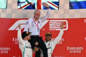 Глава Mercedes Benz доктор Дитер Цетше, гонщики Льюис Хэмилтон и Валттери Боттас празднуют победу в Гран При Испании