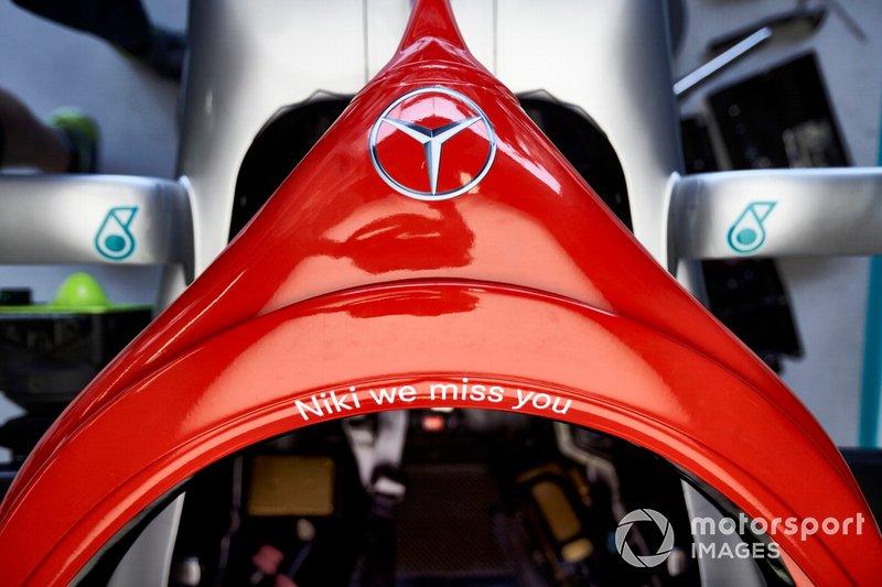 L'Halo dipinto di rosso su una Mercedes AMG F1 W10, in onore di Niki Lauda