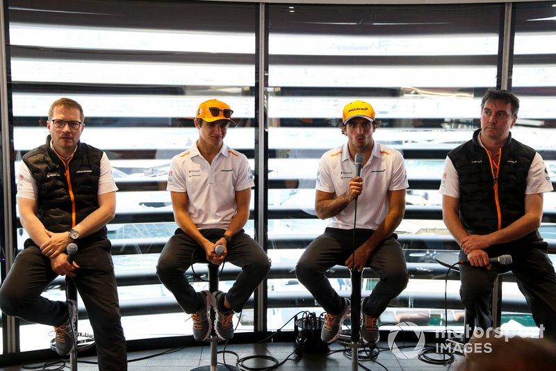 Andreas Seidl, Team Principal, McLaren, Lando Norris, McLaren, Carlos Sainz Jr., McLaren, y James Key, director técnico de McLaren