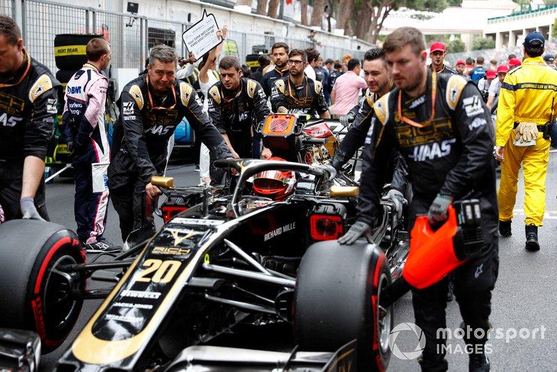 Kevin Magnussen, Haas F1 Team VF-19, arrives on the grid