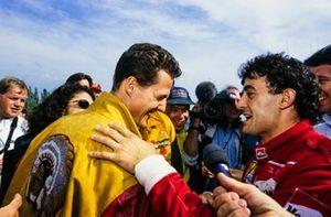 Michael Schumacher, Benetton, félicite Jean Alesi, Ferrari