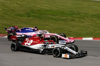 Antonio Giovinazzi, Alfa Romeo Racing C38, battles with Sergio Perez, Racing Point RP19