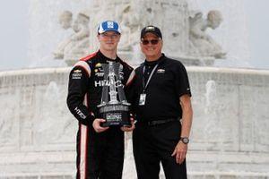 Josef Newgarden, Team Penske Chevrolet celebra en el podio con Terry Dolan de Chevrolet