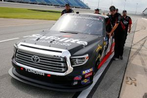 Harrison Burton, Kyle Busch Motorsports, Toyota Tundra Safelite AutoGlass crew