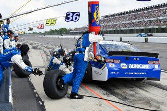 Chase Elliott, Hendrick Motorsports, Chevrolet Camaro NAPA AUTO PARTS, makes a pit stop