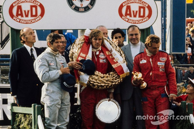 James Hunt, vencedor, Jody Scheckter, 2°, y Jochen Mass, 3°