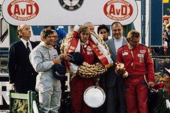 Ganador de la carrera James Hunt, segundo lugar Jody Scheckter, y tercer lugar Jochen Mass