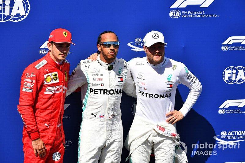 Charles Leclerc, Ferrari, Lewis Hamilton, Mercedes AMG F1, y Valtteri Bottas, Mercedes AMG F1