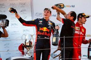 Toyoharu Tanabe, directeur technique F1, Honda, asperge Max Verstappen, Red Bull Racing, vainqueur, sur le podium