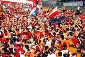 Des fans de Max Verstappen, Red Bull Racing, envahissent la piste pour célébrer sa victoire