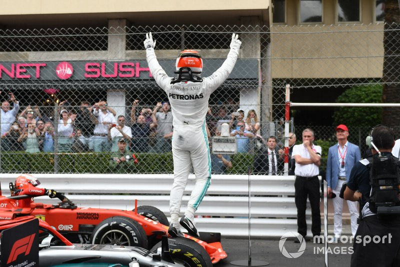 Lewis Hamilton, Mercedes AMG F1, prima posizione, festeggia dopo la gara