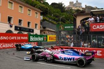 Robert Kubica, Williams FW42, gira después del contacto y bloquea la pista por delante de Antonio Giovinazzi, Alfa Romeo Racing C38, y Sergio Pérez, Racing Point RP19