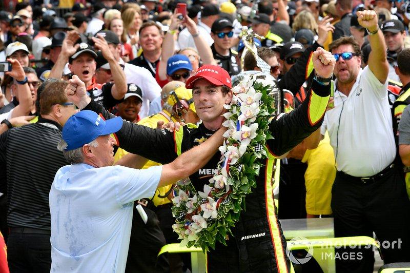 Simon Pagenaud, Team Penske Chevrolet fête sa victoire sur la Victory Lane