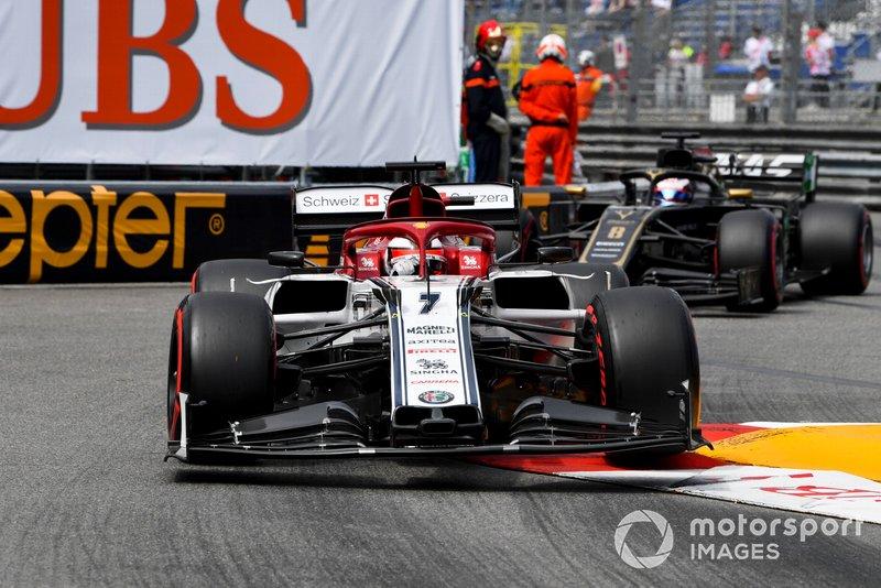 Kimi Raikkonen, Alfa Romeo Racing C38, precede Romain Grosjean, Haas F1 Team VF-19