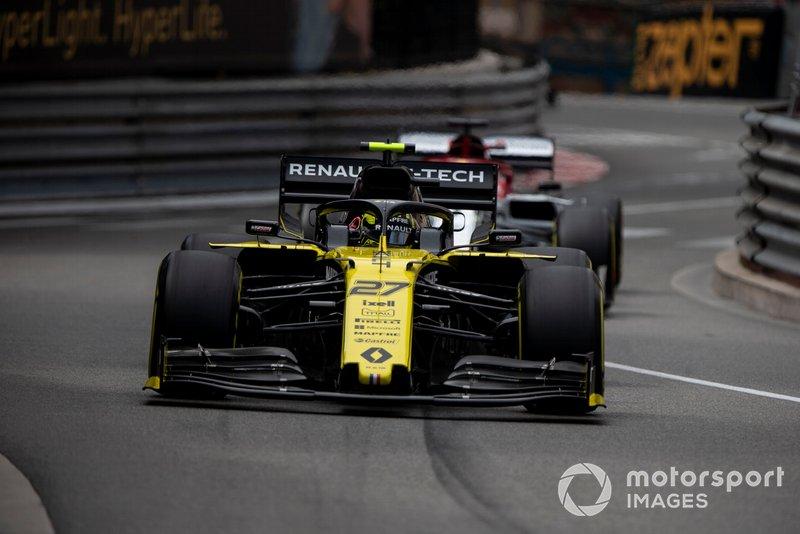 Nico Hulkenberg, Renault R.S. 19, leads Kimi Raikkonen, Alfa Romeo Racing C38