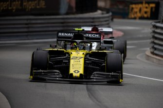 Nico Hulkenberg, Renault R.S. 19, precede Kimi Raikkonen, Alfa Romeo Racing C38