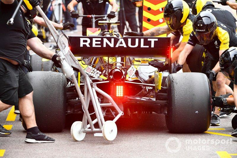 Daniel Ricciardo, Renault R.S.19, in the pits during practice