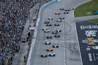 Scott Dixon, Chip Ganassi Racing Honda, Takuma Sato, Rahal Letterman Lanigan Racing Honda, start