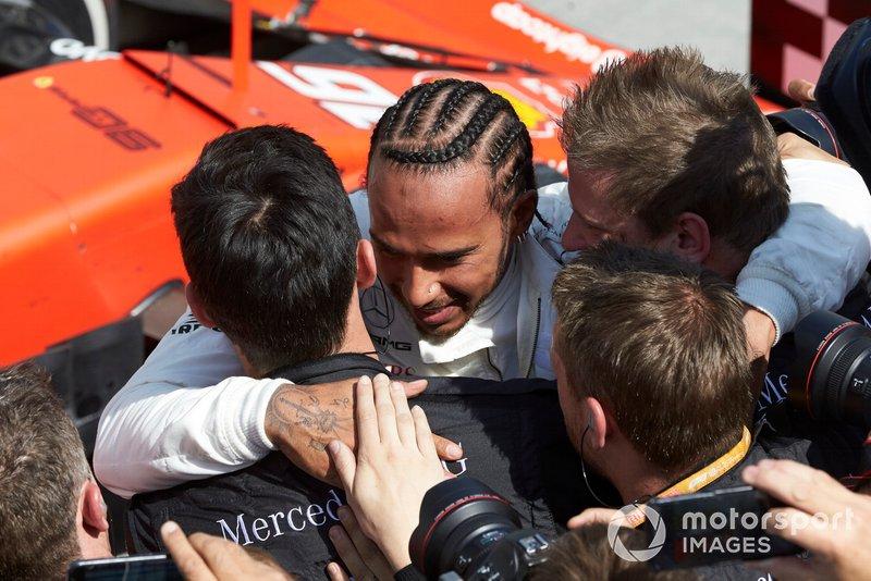Hamilton egyre közelebb és közelebb kerül Schumacher megdönthetetlennek hitt rekordjához. A Mercedes rekordere 78 győzelmet számol, és ha ilyen ütemben folytatja tovább, akkor még akár ebben a szezonban beérheti, vagy meg is döntheti Michael rekordját. A német legenda 91 alkalommal nyert az F1-ben. Vettel a harmadik helyen már csak 52 győzelmet számol Prost (51), Senna (41), Alonso (32), Mansell (31), Stewart (27), Clark (25) és Lauda (25) előtt.