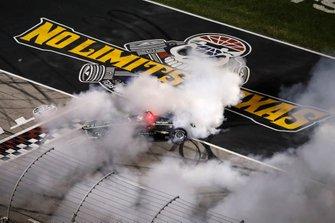 Josef Newgarden, Team Penske Chevrolet, haciendo donas