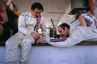 Bruce McLaren et son coéquipier Denny Hulme