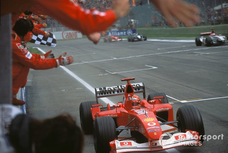 Damalı bayrak: Yarış galibi Michael Schumacher, Ferrari F2002
