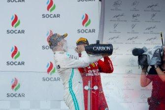 Winnaar Valtteri Bottas, Mercedes AMG F1 en Sebastian Vettel, Ferrari op het podium