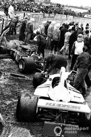 Choque de James Hunt, Hesketh Ford 308, Brian Henton, Lotus 72E-Ford, Carlos Pace, Brabham BT44B