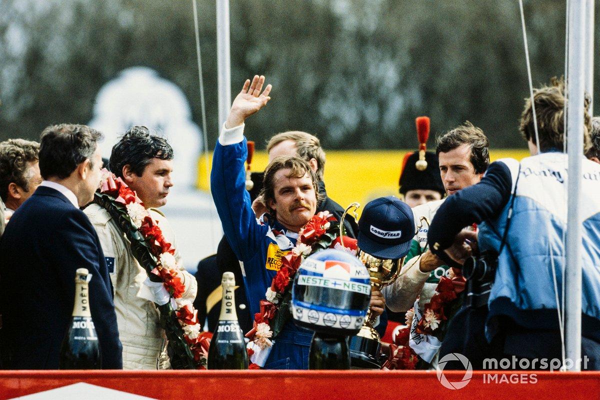 Podio: ganador de la carrera Keke Rosberg, Williams, segundo lugar Danny Sullivan, Benetton, tercer lugar Alan Jones, Flechas