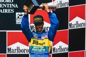 Terzo posto di Michael Schumacherche festeggia sul podio, GP d'Argentina del 1995