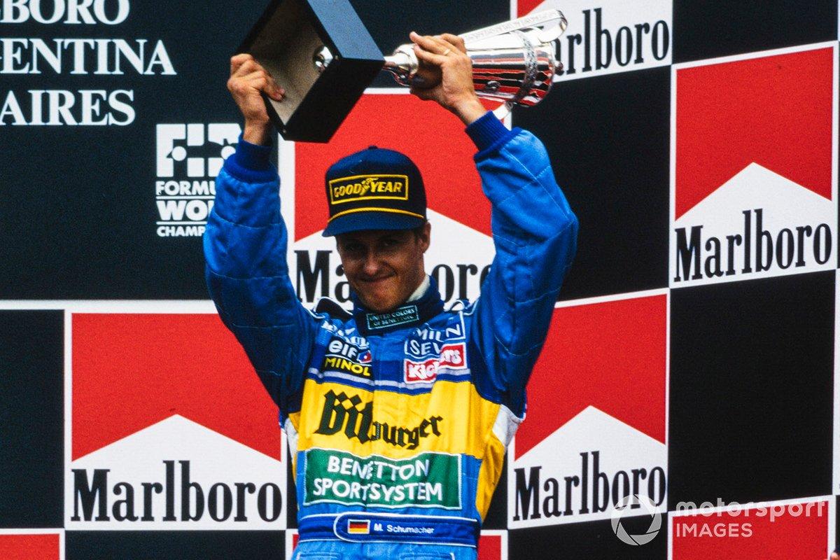Michael Schumacher, tercero clasificado, celebra en el podio