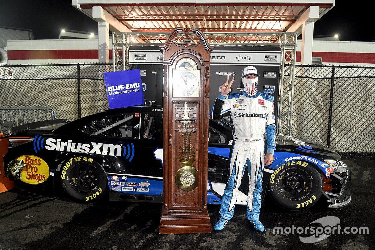 Ganador Martin Truex Jr., Joe Gibbs Racing Toyota