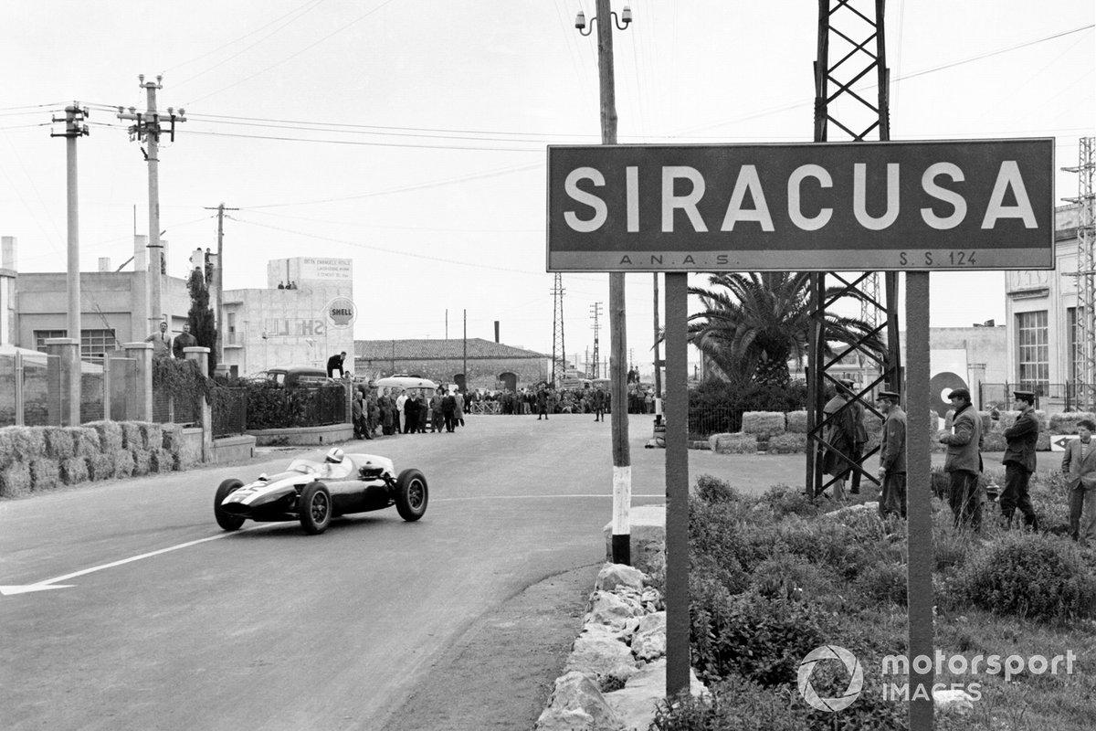 Правда, не стоит думать, что за полгода пилоты и команды были заняты делом только четыре уик-энда. В то время проходило множество внезачетных Гран При – с тем же составом и очень интересной борьбой, просто без начисления очков. Их принимали самые разные трассы, даже в Сиракузах на Сицилии