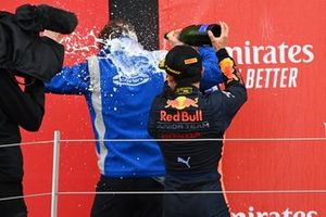 Yuki Tsunoda, Carlin celebrates on the podium with a colleague