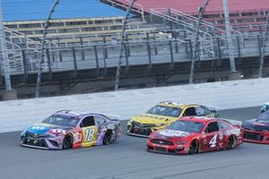 Кайл Буш, Joe Gibbs Racing, Toyota Camry и Кевин Харвик, Stewart-Haas Racing, Ford Mustang