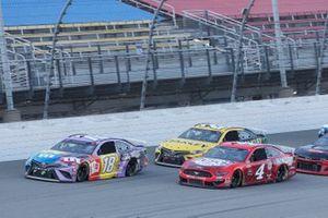 Kyle Busch, Joe Gibbs Racing, Toyota Camry M&M's Fudge Brownie, Kevin Harvick, Stewart-Haas Racing, Ford Mustang Busch Light Apple