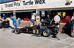 El Lotus 72D Ford de Dave Walker en los pits