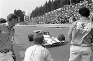Pedro Rodríguez, BRM P153 se acerca a su equipo